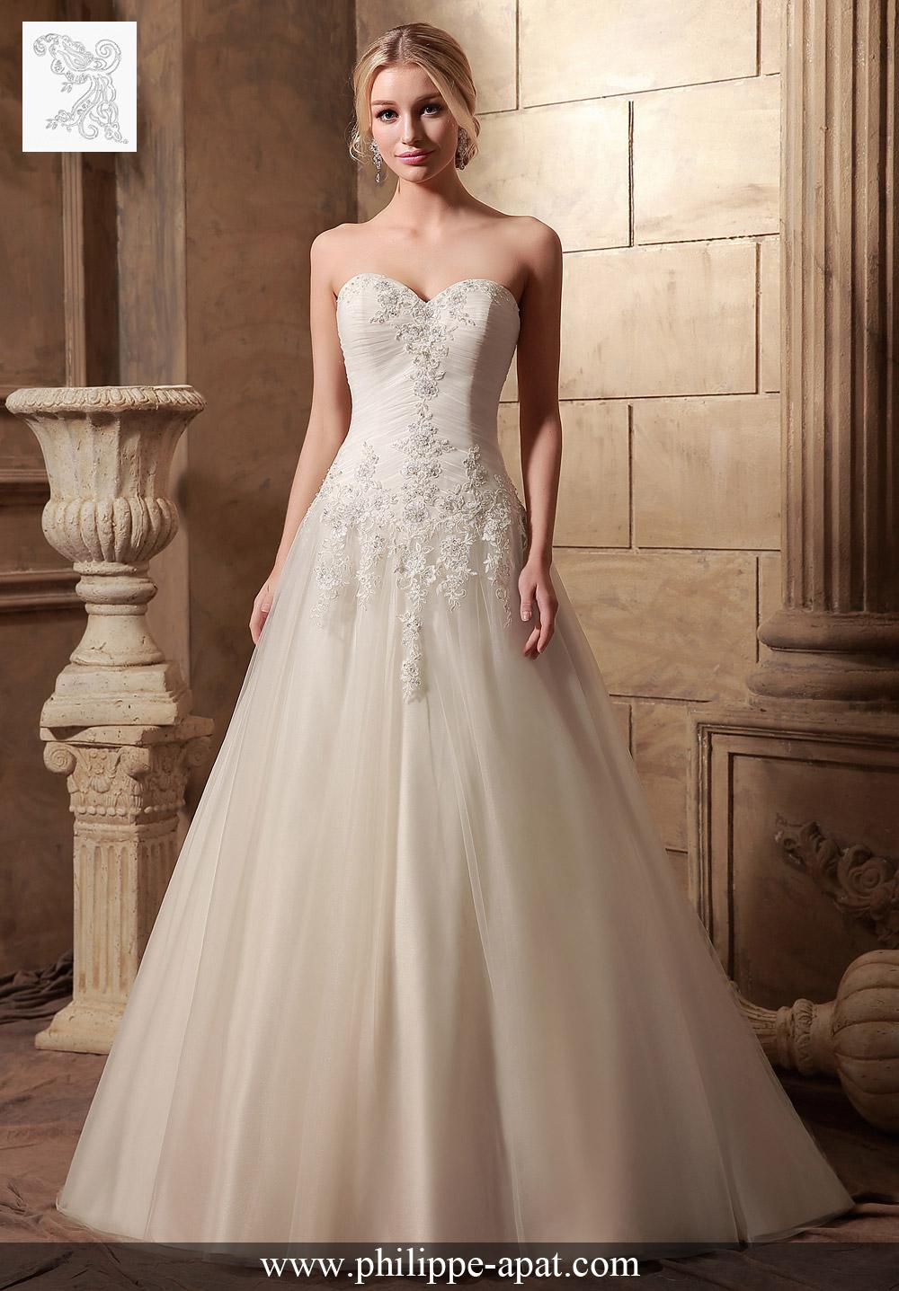 définition de pure romance dans cette robe de mariée classique, avec des appliques de dentelle, brodée de perles et de cristaux, et accentuée avec un