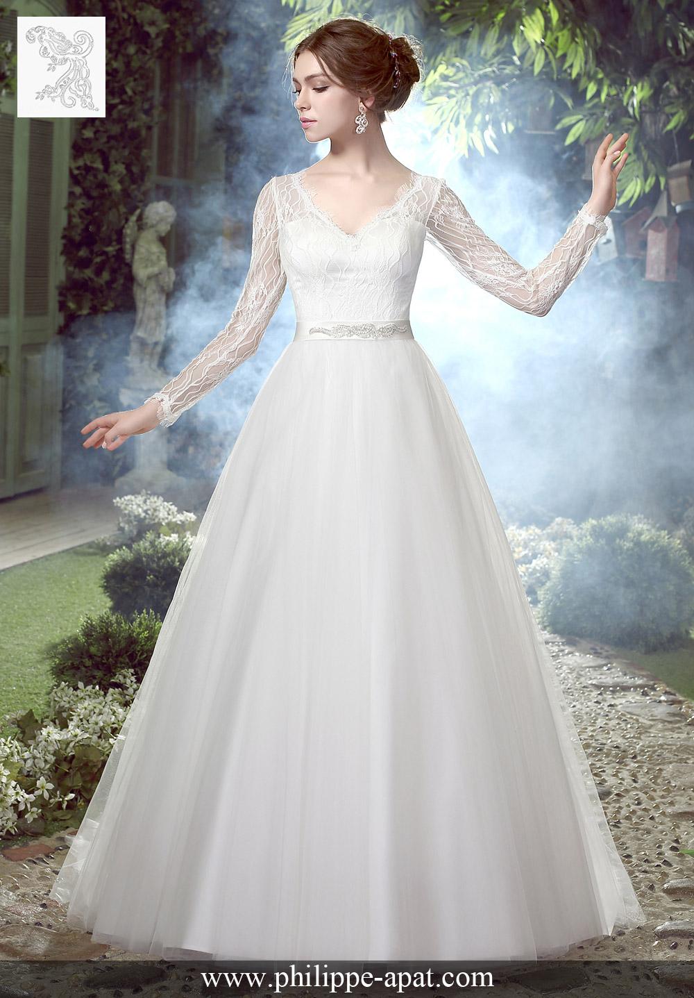 Cette robe de mariée en dentelle et tulle classique dispose d\u0027un beau  décolleté échancré en V, manches longues en dentelle délicate et profonde  ceinture V
