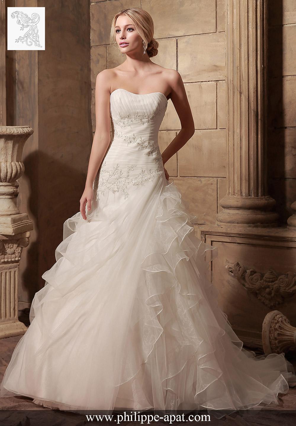 Robe de Mariée Bustier Naples Glamour et élégance se trouve dans cette robe de mariée en organza de bal, accentué par un décolleté magnifique doucement