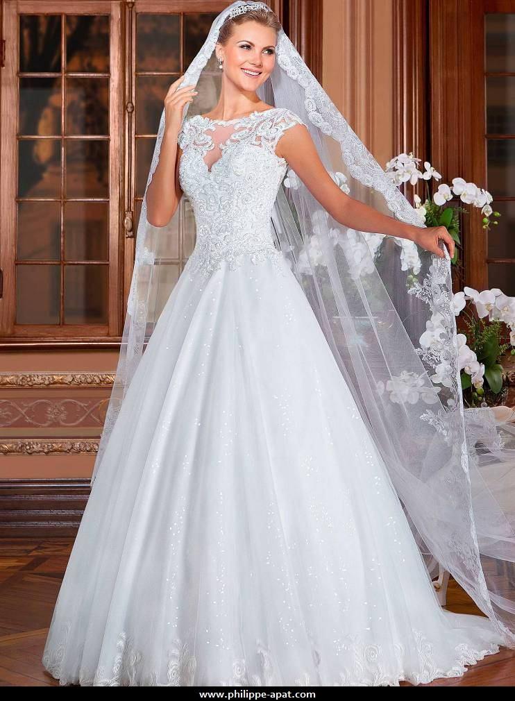 Robe de mariée bustier corsage en dentelle dos en rond. Fermeture glissière au dos.